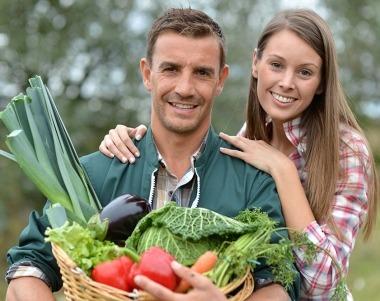 couple agriculteurs paysans exploitant agricole couverture prevoyance