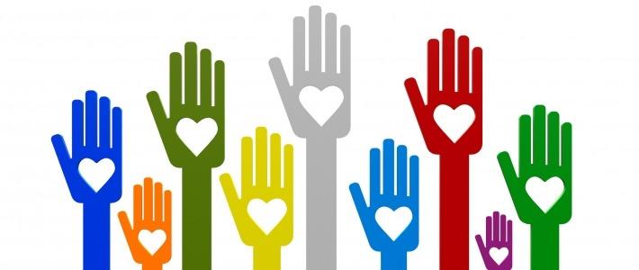 mains levées couleurs cœur
