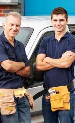famille d'artisans plombiers avec fourgon assurance professionnelle